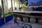 只为了抢一瓶酒 俄罗斯男子开装甲车闯进超市