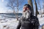 美国男子严寒天气中冲浪 上岸后变成冰柱