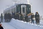 日本三条市遭大雪袭击 乘客被困列车中