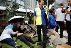 印尼一证交所大楼发生垮塌 十余名伤者被抬出