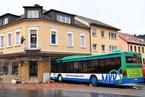 德国一辆校车撞上商店外墙 致数十名儿童受伤