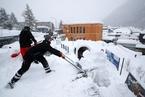 瑞士达沃斯论坛开幕在即 工作人员除雪忙