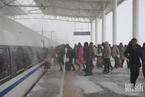 中东部多地降雪 高铁站台积雪列车大面积延误