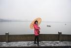 杭州迎2018年首场雪 游客赏雪中西湖