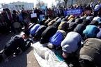 美发布移民禁令一周年 抗议民众白宫前跪地祷告