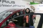沙特解除妇女驾车禁令 妇女跃跃欲试逛车展试驾