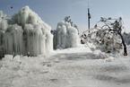 土库曼斯坦寒冬水管冻裂 造出独特冰挂景观