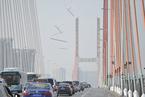 南昌八一大桥冰块从天而落 路过车辆被砸