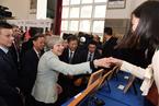 英首相特蕾莎·梅访问武大与青年互动