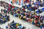 三百学子返乡过年 行李箱整齐列阵场面壮观