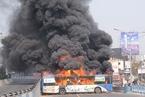 印度公交车超速撞死2名大学生 民众怒烧5辆车
