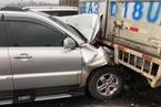 云南昆楚高速53车相撞 4人攀爬桥梁坠亡