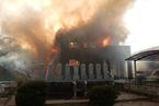 日本自卫队载2人直升机居民区坠毁 引燃住宅