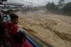 印尼突降大雨河水暴涨 大坝开闸泄洪似野马脱缰