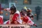 """意大利举行""""橙子大战"""" 人们互扔橙子扔掉烦恼"""