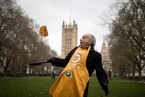 英国议会举办颠煎饼赛跑 议员们激烈比拼