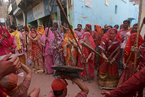 """印度举行""""棒打男人节"""" 妇女用竹竿敲打男人"""