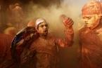 印度教信徒庆祝胡里节 掀起彩色狂欢