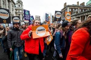 英国伦敦举行妇女大游行 迎接国际妇女节