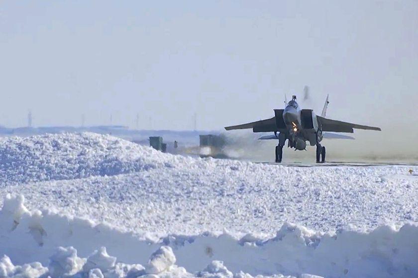 """据俄国防部介绍,该型导弹的飞行速度可达到10倍音速,射程达2000公里,主要用于摧毁陆上和海上目标。图/视觉中国_俄罗斯成功试射""""匕首""""高超音速航空导弹"""""""