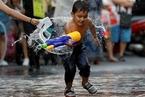 泰国举行泼水节 迎接传统新年到来