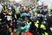 韩示威者抗议施工建材运入萨德基地 遭强制驱散