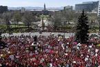 美国科罗拉多州教师抗议集会 州议会变红色海洋