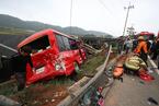 韩国一载25人公交车和汽车相撞 至少6人死亡