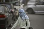 印度新德里遭遇强沙尘暴 民众蒙面出行