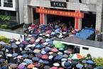 杭州民办初中自主招生面试 家长雨中送考