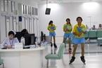 效率第一 泰国医院雇用助理护士穿轮滑鞋工作