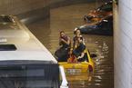 土耳其暴雨街道被淹 民众坐车顶等待救援