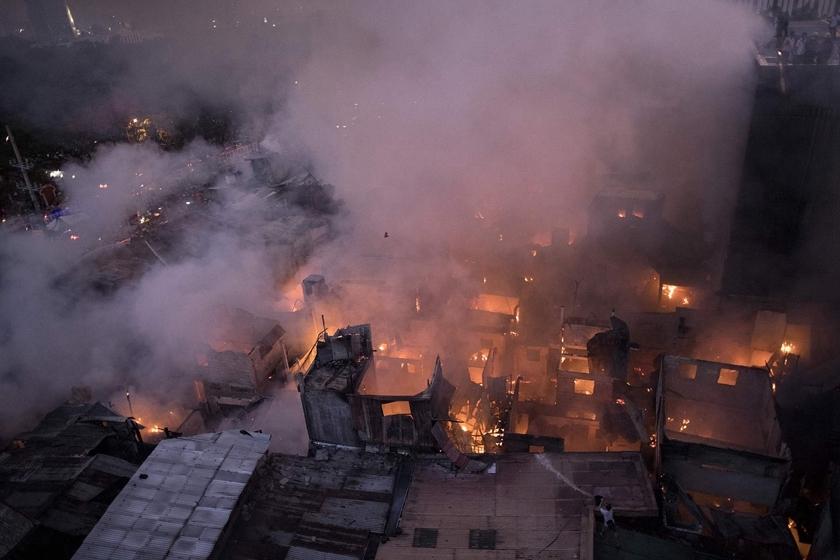 菲律宾一贫民窟起火 200个房屋被吞噬