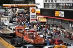 巴西卡车司机大罢工致燃料短缺 民众排队买汽油