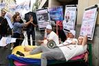 法国警察抗议工作压力大 街头穿睡衣躺床示威