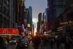 美国纽约民众齐聚街头 拍照观赏曼哈顿悬日景观