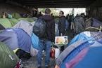 难民露宿街头霸占河边道路 巴黎疏散帐篷难民营