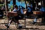 因教室拥挤避免作弊 肯尼亚学生在户外进行考试