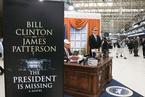 """""""特朗普""""移驾伦敦地铁站办公 宣传克林顿新书"""