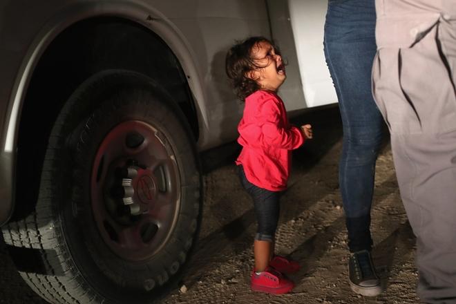 中美洲移民在美墨边境被拦截 女孩无助哭泣