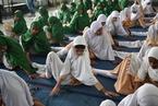 印度学生迎沙龙365登入瑜伽日 集体练瑜伽展示柔韧性