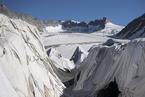 保温防融化 瑞士为阿尔卑斯最古老冰川盖上毛毯