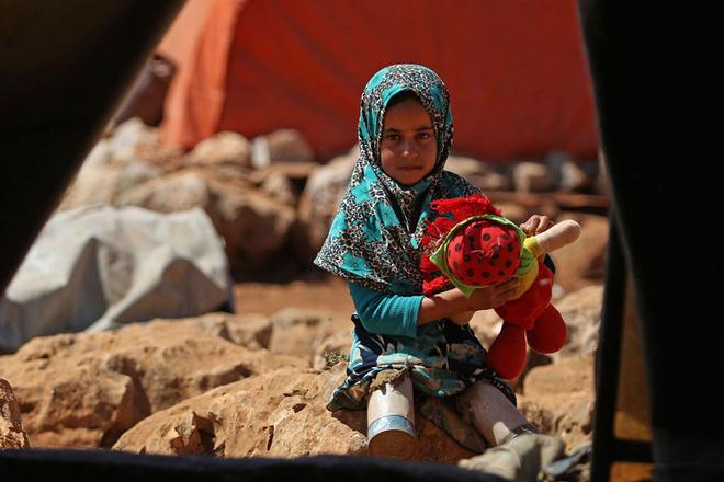 探访叙利亚难民营 8岁女孩用锡罐当双腿令人动容