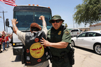 美国民众抗议移民政策 阻拦转移儿童移民的大巴