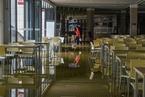 暴雨致成都大学内涝 食堂被淹停电