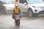 暴雨袭武汉江城 外卖小哥雨中疾驰送餐