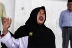 印尼民众公开接受鞭刑 女子难忍疼痛表情痛苦
