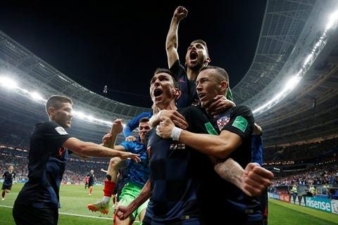 当地时间2018年7月11日,俄罗斯,2018俄罗斯世界杯半决赛,克罗地亚2-1英格兰。克罗地亚队员们庆祝胜利。在莫斯科卢日尼基体育场,克罗地亚队通过加时赛进球完成逆转,以2比1击败英格兰队,创造了球队历史上的最佳战绩,成为历史上第13支打进世界杯决赛的球队。图/视觉中国