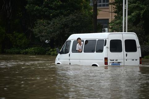 2018年7月11日,四川省彭州市蒙阳镇,淹没在水中的汽车等待救援。四川省气象服务中心高工郭洁解读暴雨实况和未来成都地区强降雨趋势时介绍,从7月10日晚上到11日早晨,在四川盆地西北部的广元、绵阳、德阳、成都出现了大到暴雨,局部地方大暴雨和特大暴雨的暴雨天气过程。进入到11日晚上以后,整个四川盆地从邛崃到崇州的降雨又将继续加强。图/视觉中国