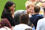 哈里王子和梅根王妃访问爱尔兰 遭萌娃摸大胡子